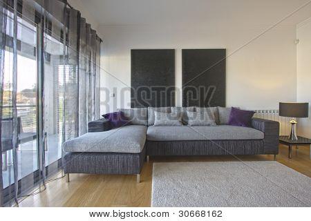Zeitgenössische Wohnzimmer mit elegant gestalteten Möbeln (leere innen)