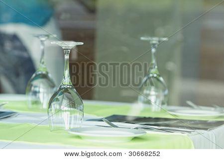 Ajuste de la tabla en un restaurante europeo. Copas de vino situado en mesa de comedor (selectivo centrarse en fron