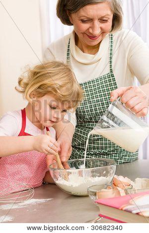 Avó e neta assar cookies preparam massa