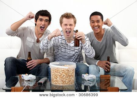 amigos viendo fútbol partido en la tele