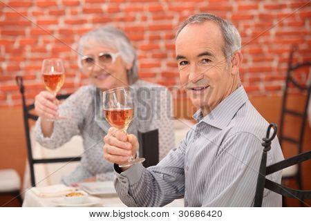 Casal mais velho em um restaurante