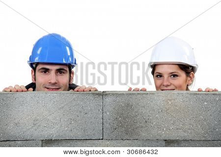 Maurer männlich und weibliche Pendant versteckt sich hinter der Wand