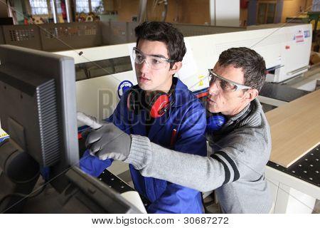 joven aprendiz en el sector de la industria con tutor