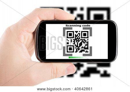 Smartphone en mano escaneando este código