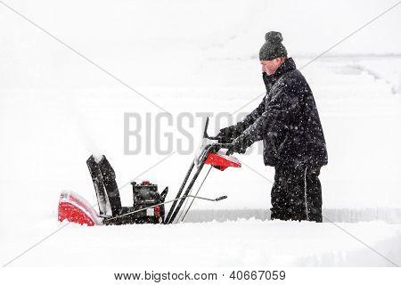 Homem usando um snowblower