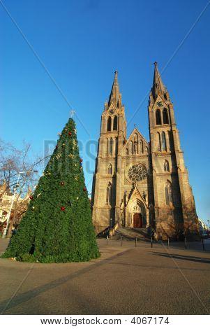 Iglesia y árbol de Navidad
