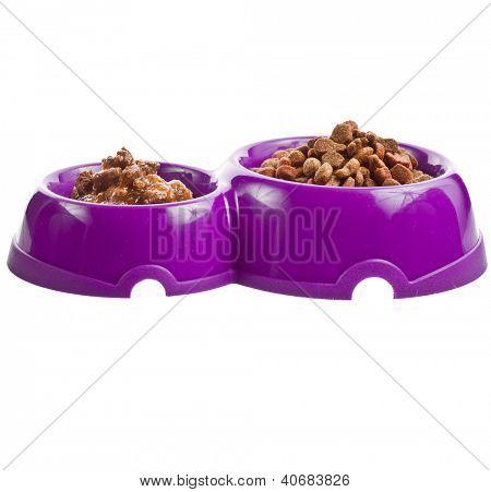 alimentos para gatos en recipientes aislados en blanco