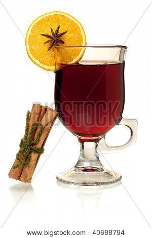 Heißem Glühwein mit Zimt und orange Slice. Isoliert auf weiss