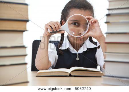 Pretty Young School Girl leyendo un libro