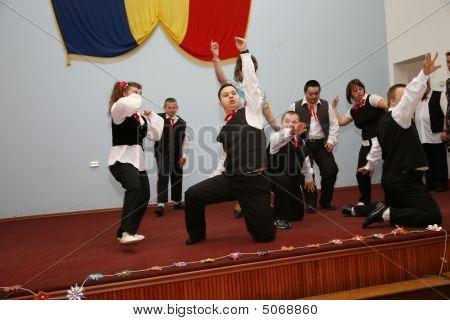 Bucarest, Rumania, 24 de julio de 2008 - los niños con síndrome de Down en el escenario