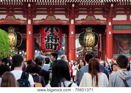 The giant red lantern in the Senso-ji Temple in Asakusa