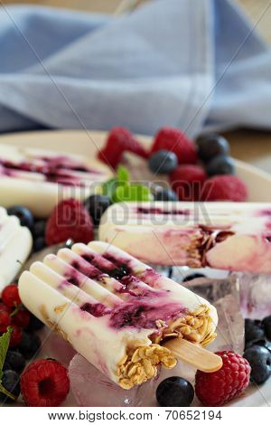 Frozen yogurt popsicles with oats and jam