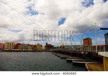 Willemstad con puente flotante Emma, Antillas Holandesas