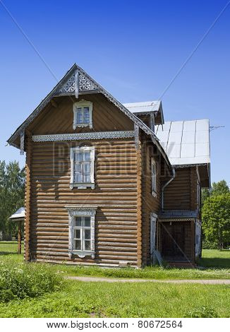 Oranienbaum (Lomonosov). Upper park. Ancient inhabited wooden house.
