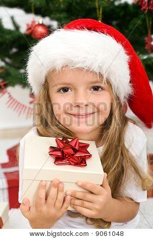 Kleines Mädchen mit Gegenwart und Weihnachten Hat
