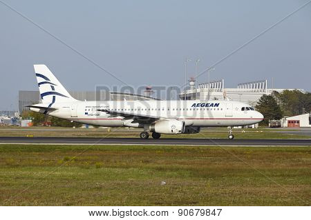 Frankfurt International Airport - Airbus A320 Of Aegean Takes Off