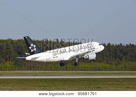 Frankfurt International Airport - Airbus A319-114 Of Lufthansa Takes Off