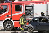 Постер, плакат: Firefighters And Relieve The Injured In Car