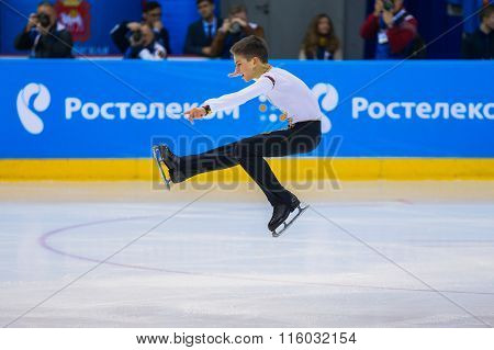 young skater male performance in short program item Sit spin