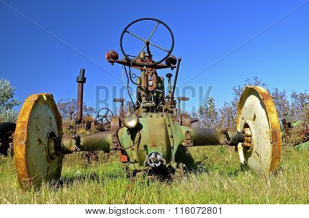 Old tractor missing rear tires