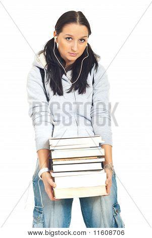 Menina estudante carregando pesados livros