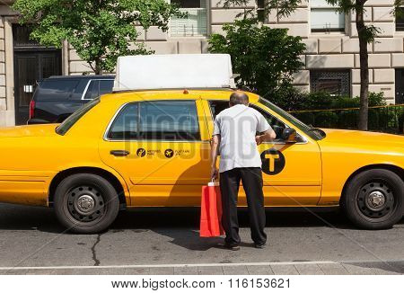 Man Asks For Information A Taxi Driver In Manhattan.