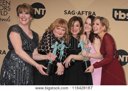 LOS ANGELES - JAN 30:  Phyllis Logan, Lesley Nicol, Raquel Cassidy, Sophie McShera, Joanne Froggatt at the Screen Actors Guild Awards at the Shrine Auditorium on January 30, 2016 in Los Angeles, CA