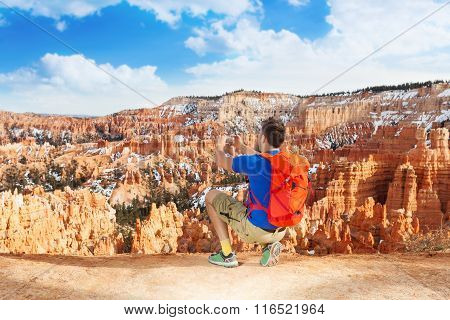 Yong man take picture of Bryce canyon with phone