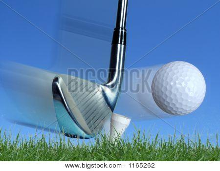 Hierro golpeando la pelota de Golf