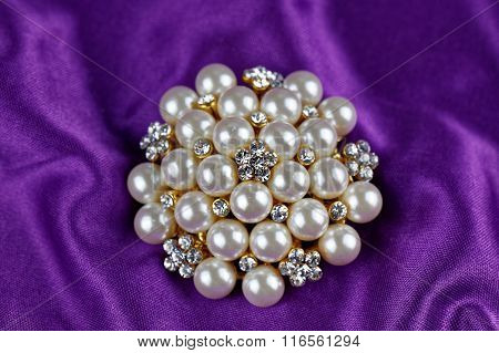 round brooch with pearls