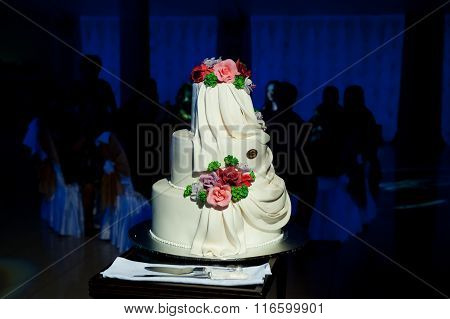 beautiful and noble wedding cake