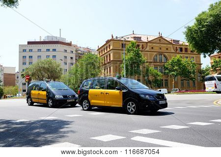 Barcelona, Spain - May 27: The Taxi Cars And Tourists Enjoiying Their Vacation On May 27, 2015 In Ba