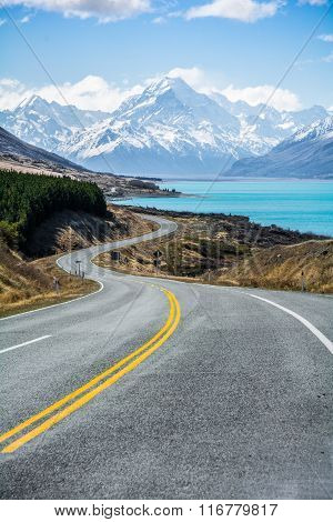 The road along Lake Pukaki to Mount Cook National Park, New Zealand