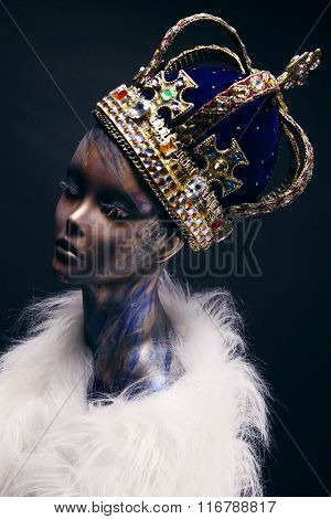 Mannequin in crown with gems