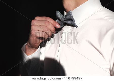 Man setting up the bowtie