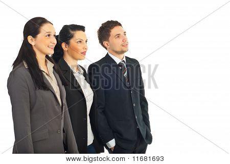 Grupo de empresarios, mirando hacia el futuro