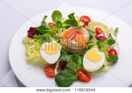 green salad with salmon eggs and cherry tomatoes