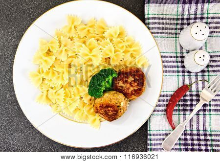Cutlets with Pasta and Broccoli