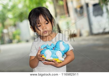 kid holding her toy