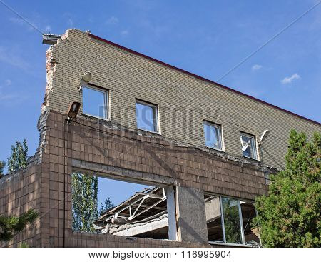 Contact Shell Into A House In Donetsk