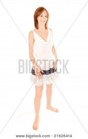 Porträt einer schönen Frau im Sommerkleid