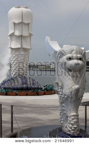 Small Merlion With Large Merlion