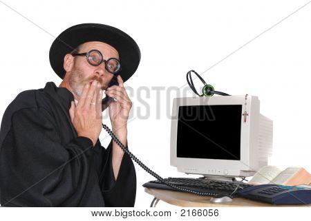 Priester auf Telefon