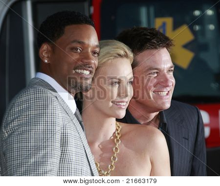 LOS ANGELES - 30 de JUN: Will Smith, Charlize Theron y Jason Bateman en el estreno de 'Hancock' en