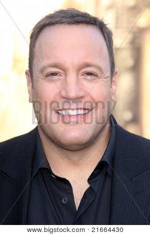 """LOS ANGELES - 6 de JUL: Kevin James chegando na """"Zookeeper"""" estréia no Teatro de vila de regência o"""