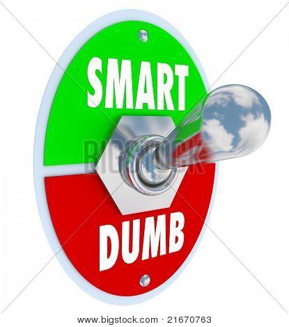Un interruptor marcado inteligente y mudo volteado en la posición superior que representa la inteligencia sobre yo