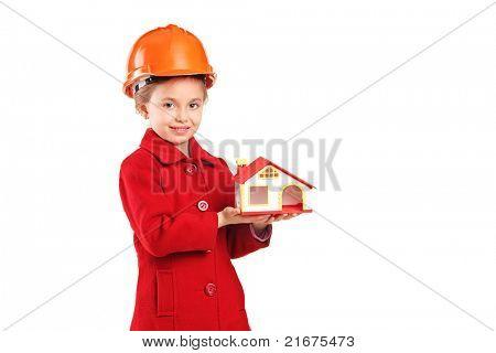 Un niño con casco con una casa modelo aislada sobre fondo blanco
