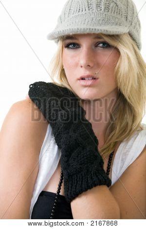 Mulher de chapéu de tricô