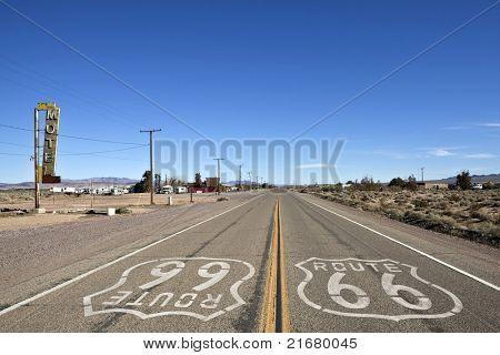 Verwester Teil der historischen Route 66 in Bagdad Kalifornien.