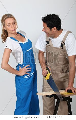 Casal fazendo trabalhos em madeira